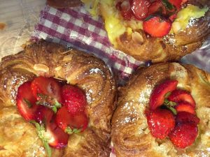 Wienerbröd med jordgubbar gott till fika